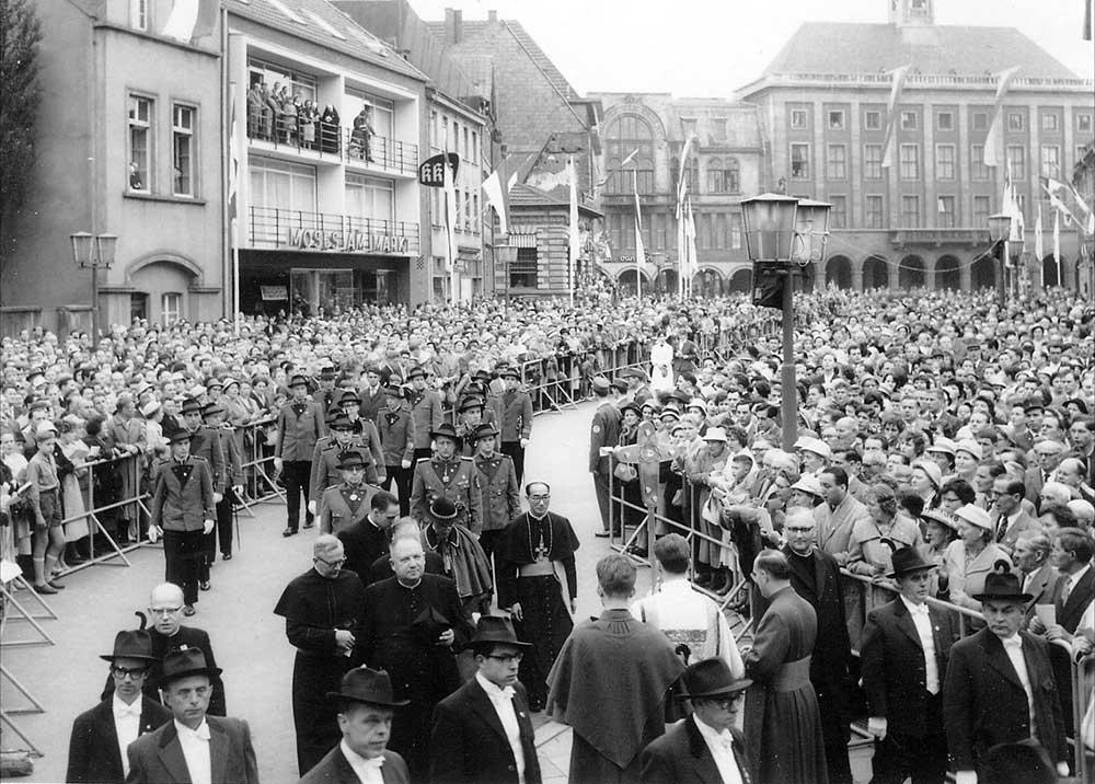 Die Hubertusschützen und die Scheibenschützen begleiten Josef Kardinal Frings und den Bischof von Hiroshima ca. 1959