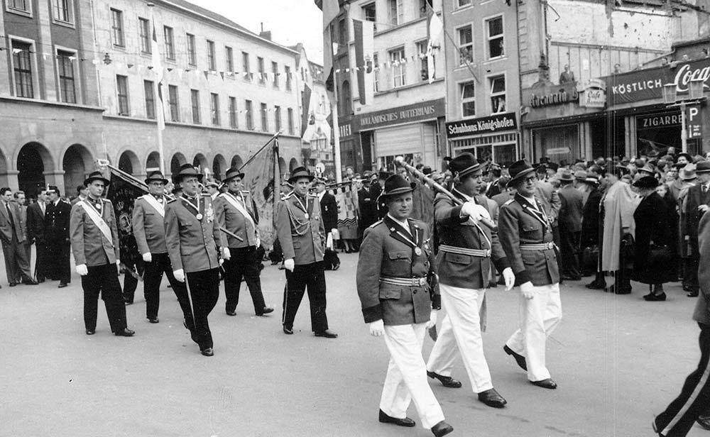 Aufzug der Fahnengruppe mit Major Kistler und Adjutant Häming. Fahnenträger der Schützenlust ist der spätere SchüKö van Opbergen