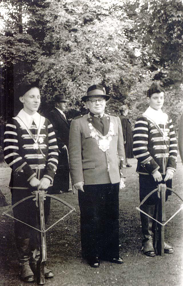 Erster Hubertuskönig nach Neuformierung Georg Kistler im Mai 1953. Mit Jagdgehilfen Hako Maier und Karl Klaff.