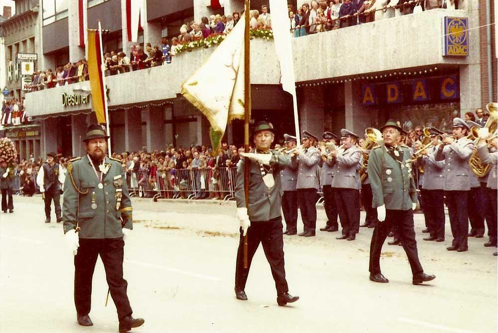 Fahnenträger Jupp Hoffmann.  Hubertuskönig 1968/69 Josef Franken, Hubertuskönig 1983/84 Jupp Hoffmann, Hubertuskönig 1975/76 Helmut Amann als Fahnengruppe ca. 1970