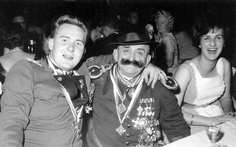 Franz Albert Schlangen, Zugführer Hubertusjäger mit dem Grenadier Bürvenich Schnäuz bekannt als Puppendoktor1962