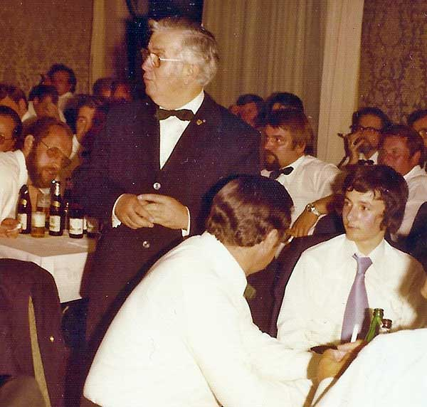 Fahnenübergabe der Schlösser-Amann-Fahne 1975. Es spricht Hermann Schlösser, rechts von ihm sitzt der noch recht jugendlich ausschauende Peter Schiefer und hinter ihm der ebenfalls noch recht junge Hubert Weisweiler.