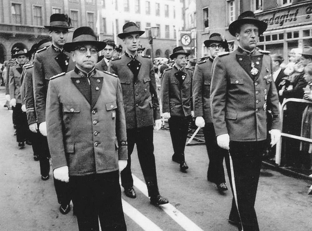 Vorsitzender Jungbluth und Major Kistler, hinter ihnen in der Mitte Horst Schwarzfeller
