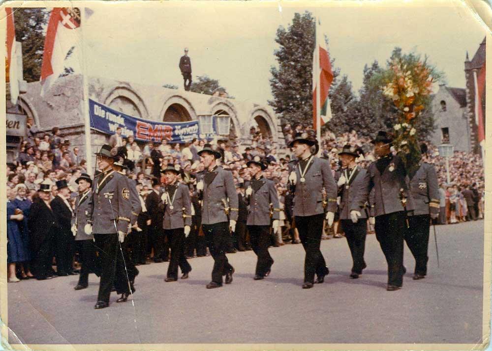 Der Hubertuszug Hirschfänger bei der ersten Parade 1953.