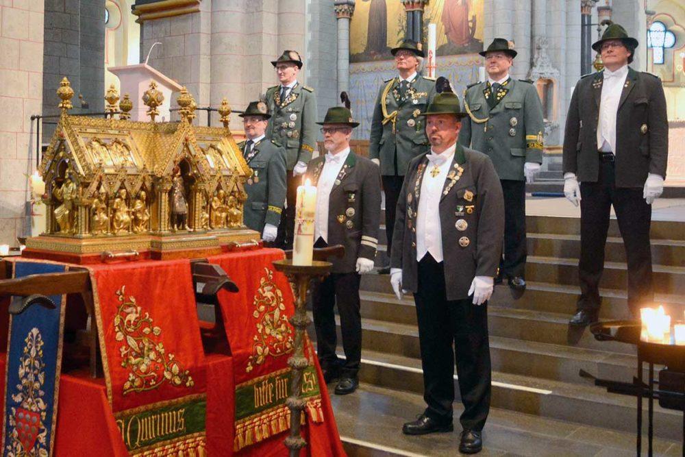 Mit Glockenschwung und Uniform zurück vor den Altar