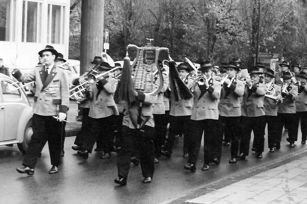 Patronatstag 1960 Kapelle Köller führt die Hubertusschützen zur Residenz des Hubertuskönigs Gondorf