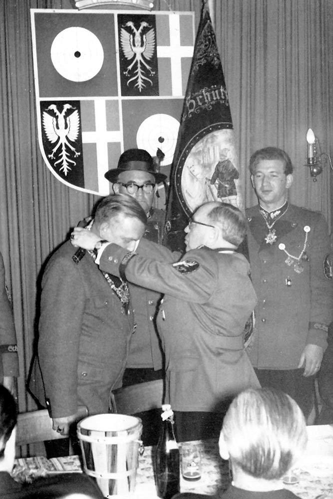 Patronatstag 1961 Siegfried Findeisen erhält die Königskette vom Noch-Vorsitzenden Willy Jungbluth